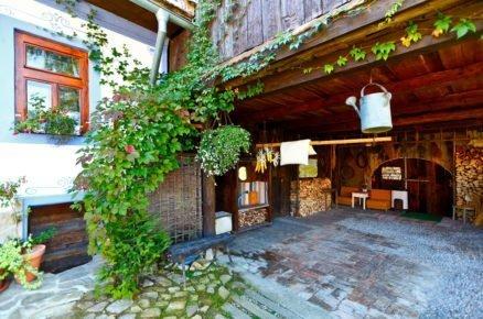 stodola s vonkajším posezením a stojany na dřevo