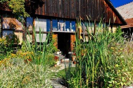 stodola předělaná na bydlení se stálekvetoucí zahradou