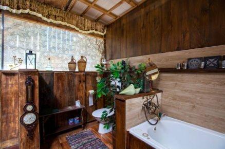 koupelna ve stodole zařízená dřevem