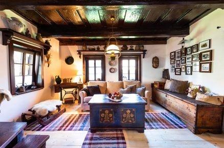 Chalupu zrekonstruovali od základu, zrestaurovali nábytek a stoletá chalupa opět ožila životem