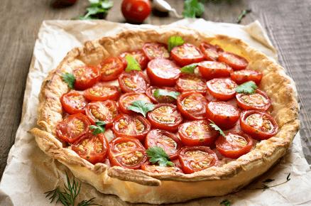 Lehká večeře: Slaný koláč se sýrem a rajčátky nebo rajčatová bruschetta