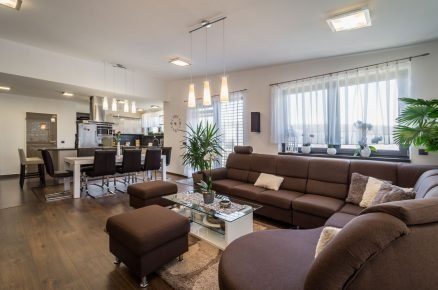 kuchyně propojená s obývacím pokojem