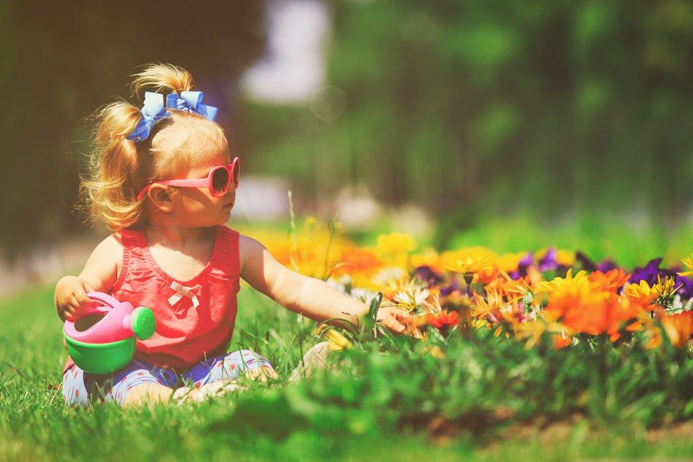 dítě v zahradě