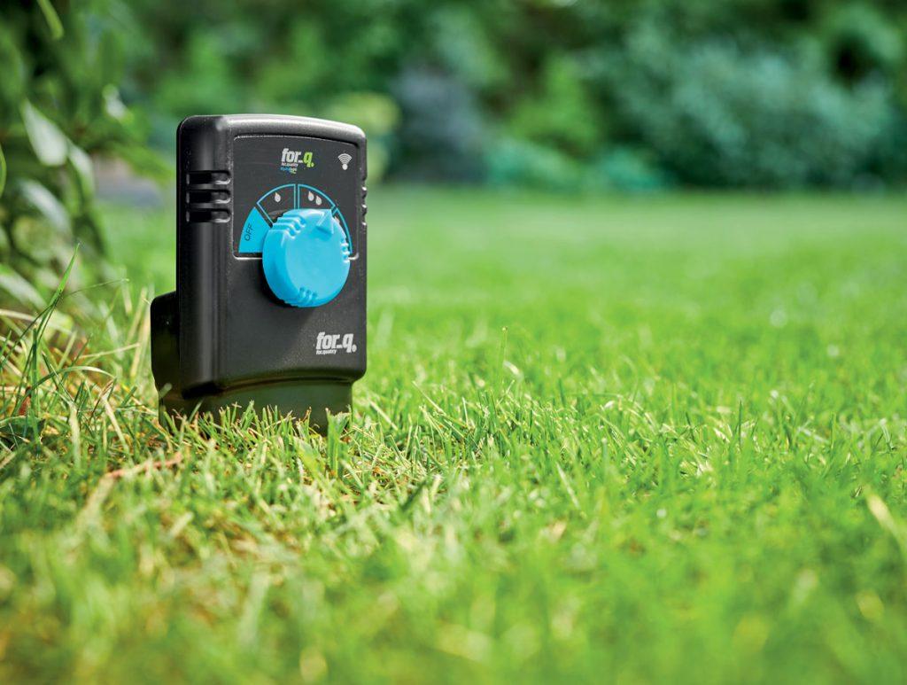 senzor vlhkosti for_q na trávniku