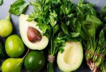 avokádo s limetkou, ňatí a listovou zeleninou