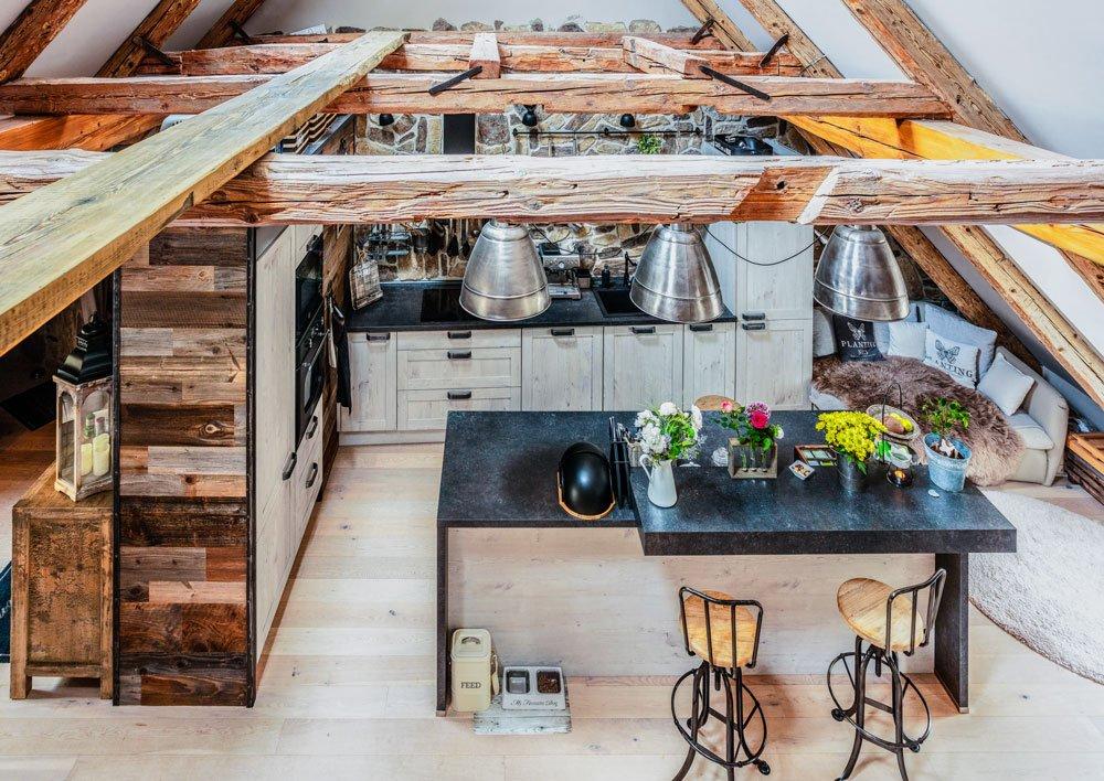 kuchyně v kombinaci rustikalního a industriálního stylu, s ostrůvkem z černé pracovní desky