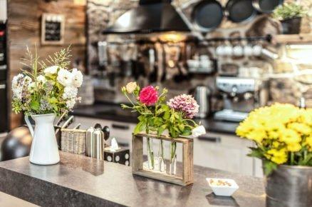 živé květiny v dřevěném podstavci na kuchyňské lince