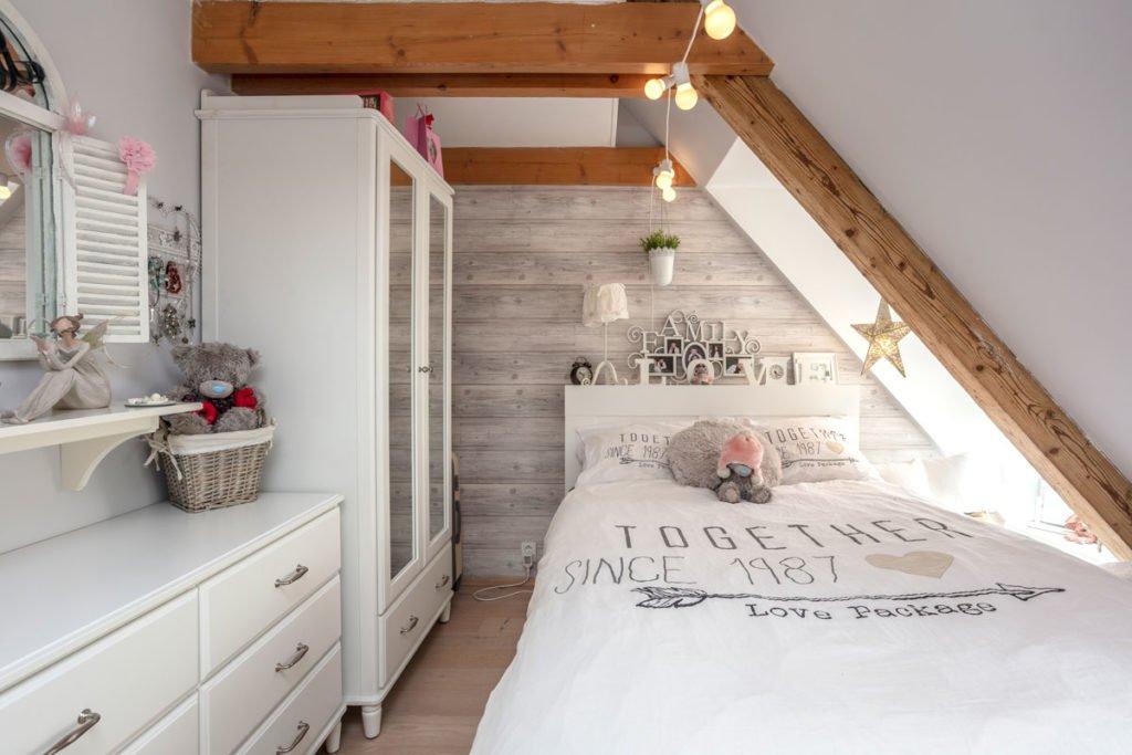 malý dívčí pokoj v podkroví zařízený bílým nábytkem