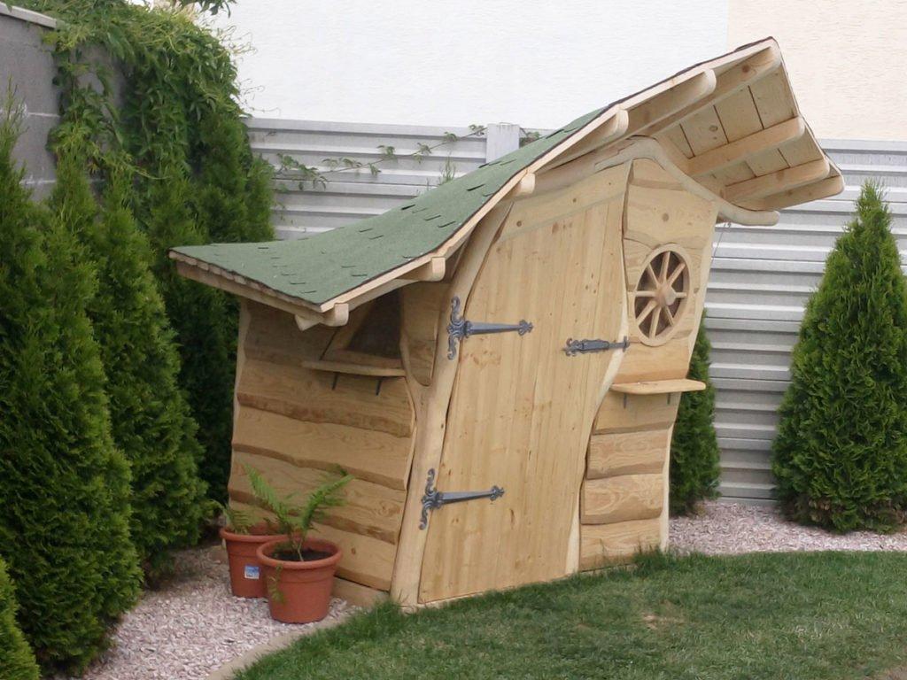 dřevěný zahradní domek s atypickými zaoblenými tvary