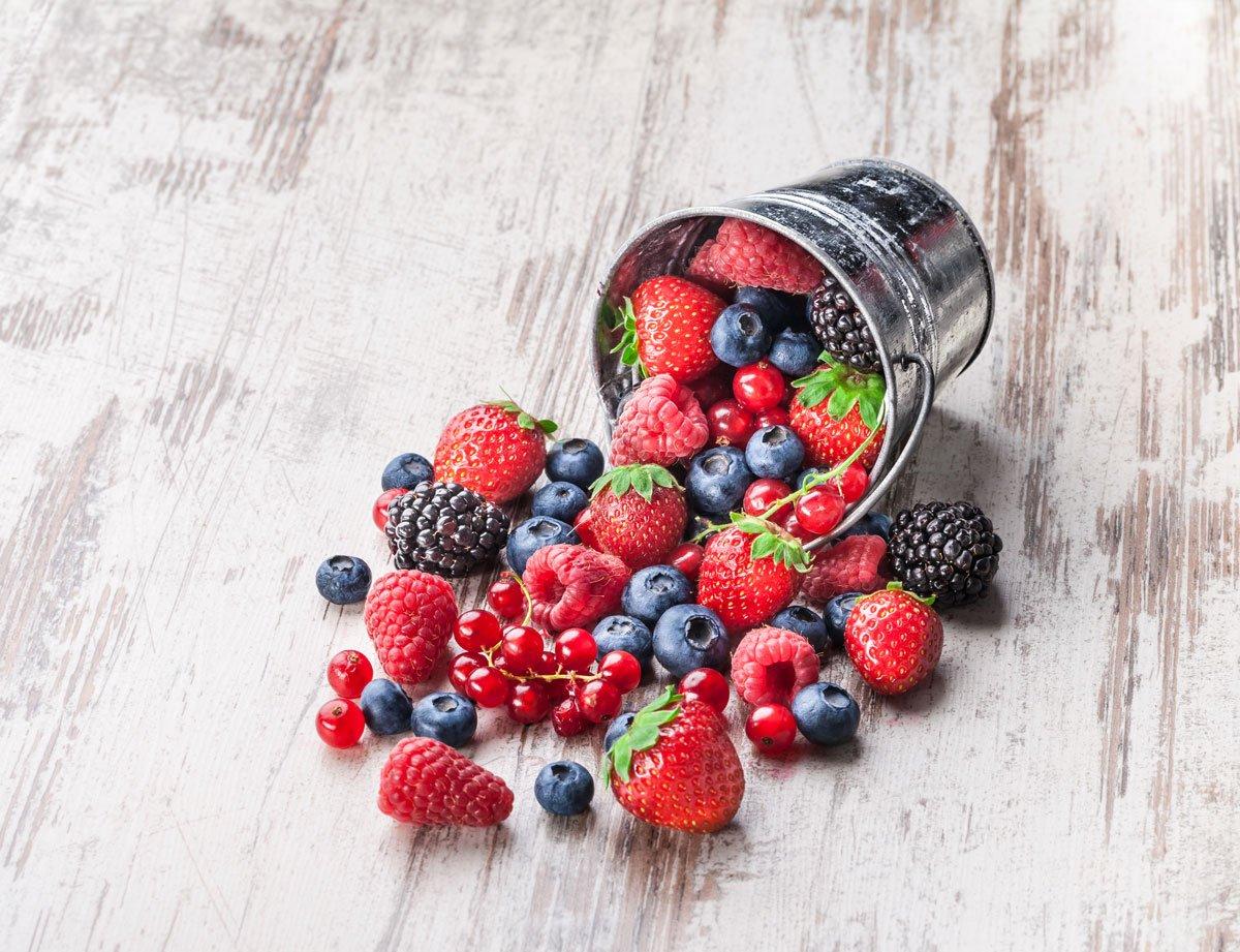 drobné ovoce malin, jahod, ostružin, borůvek a červeného rybízu