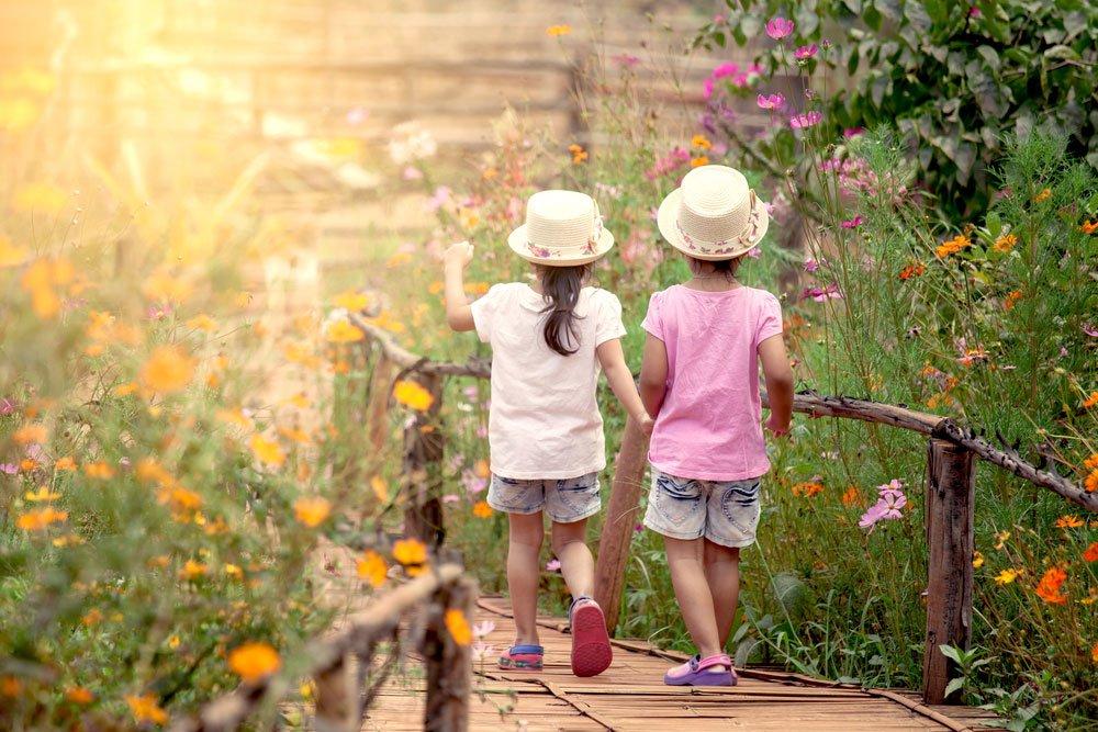 děti v okrasné zahradě