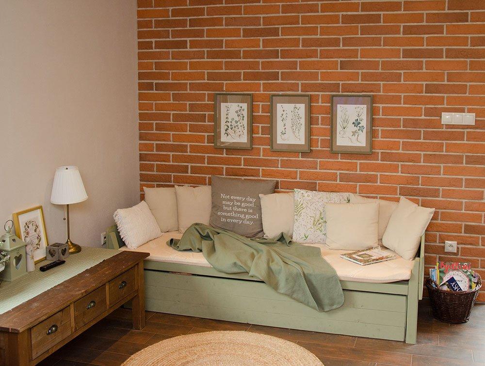 obklad z pásků z pálené hlíny v obývacím pokoji