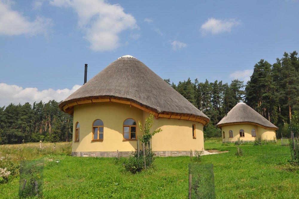 alternativní domek s hliněnými omítkami