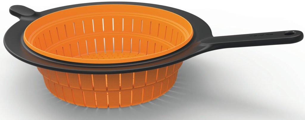 oranžový cedník s krátkým držadlem pro snadnější uskladnění