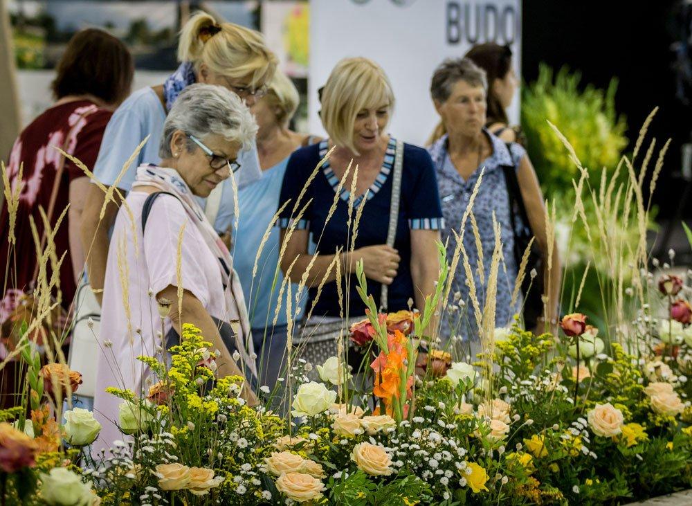 návštěvníci Flory Olomouc před aranžmánem z květin