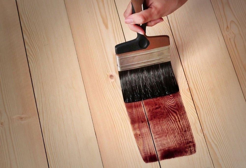 natírání mořidla na dřevo