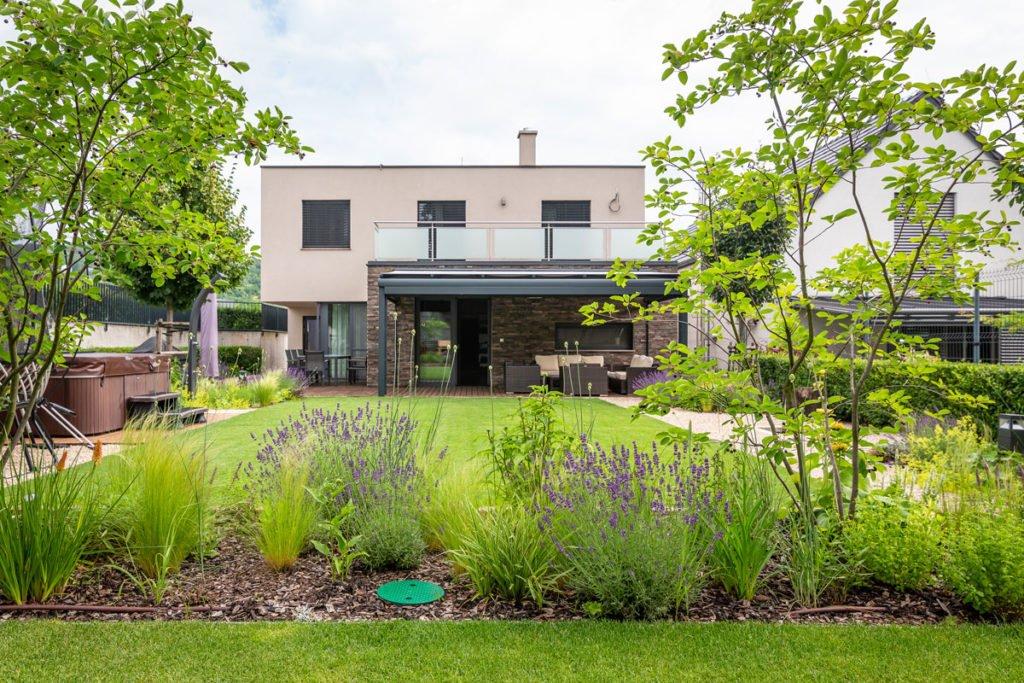 moderní zahrada při rodinném domě