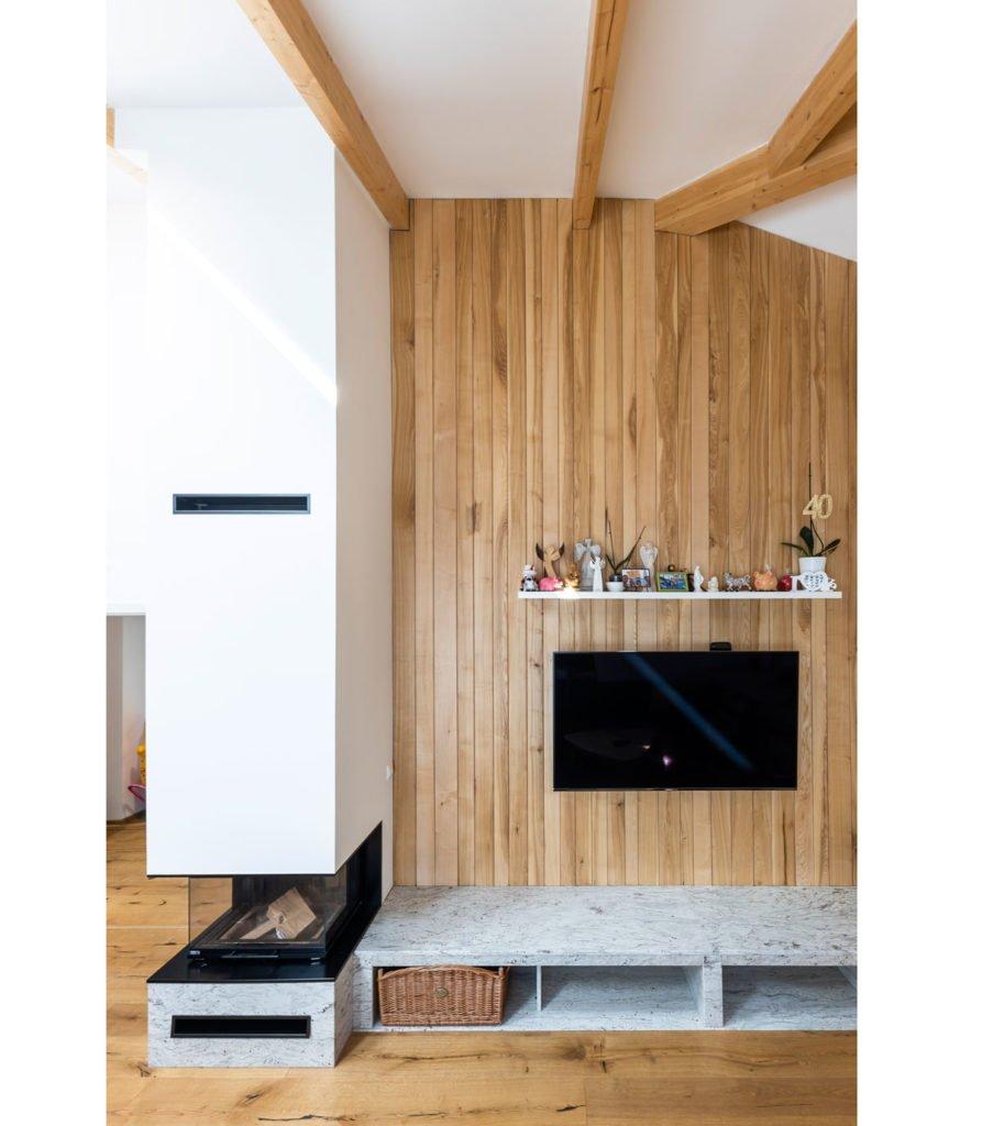 interiér s krbem, televizí a kamenným blokem místo tv stolíku