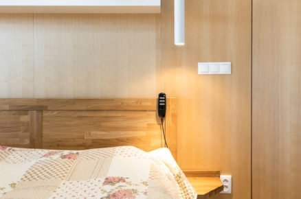 ložnice s dřevěným nábytkem