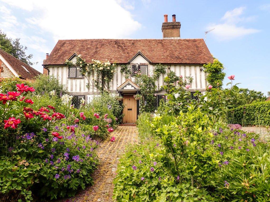 rodinný dům s klasickou zahradou ve venkovském stylu