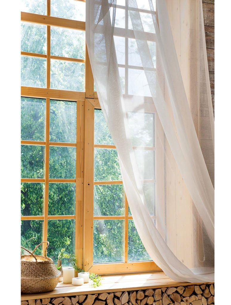 okno s dřevěným rámem
