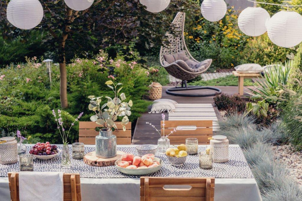 zahrada sloužící celé rodině s oddychovou zónou a jídelným stolem