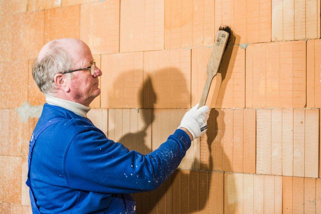 příprava povrchu stěny před nanesením omítky