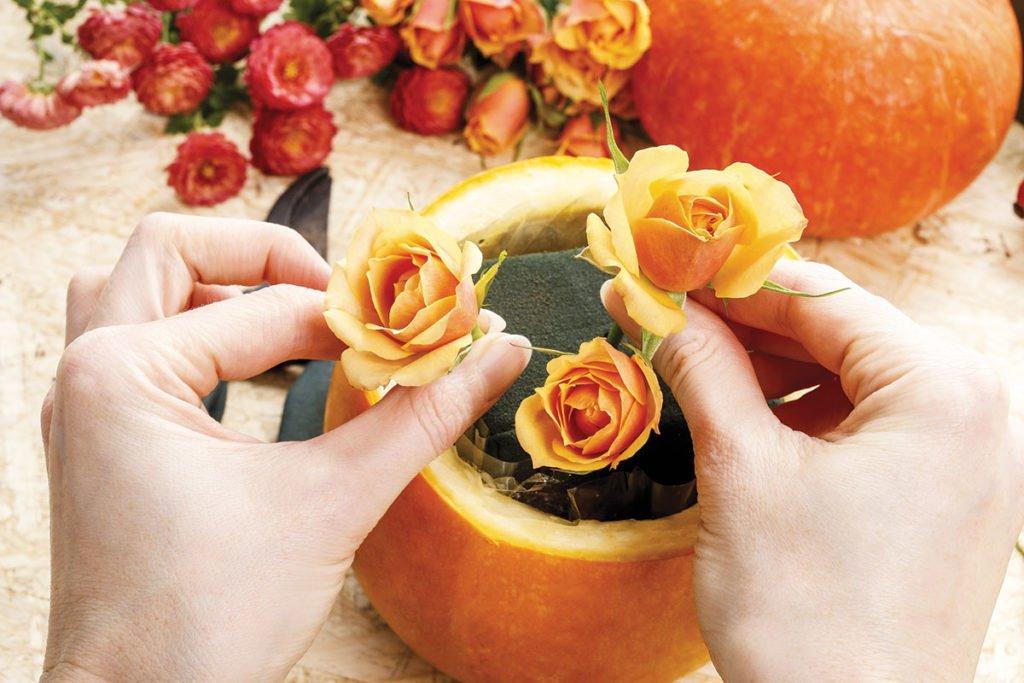 napichování květin do aranžovací hmoty