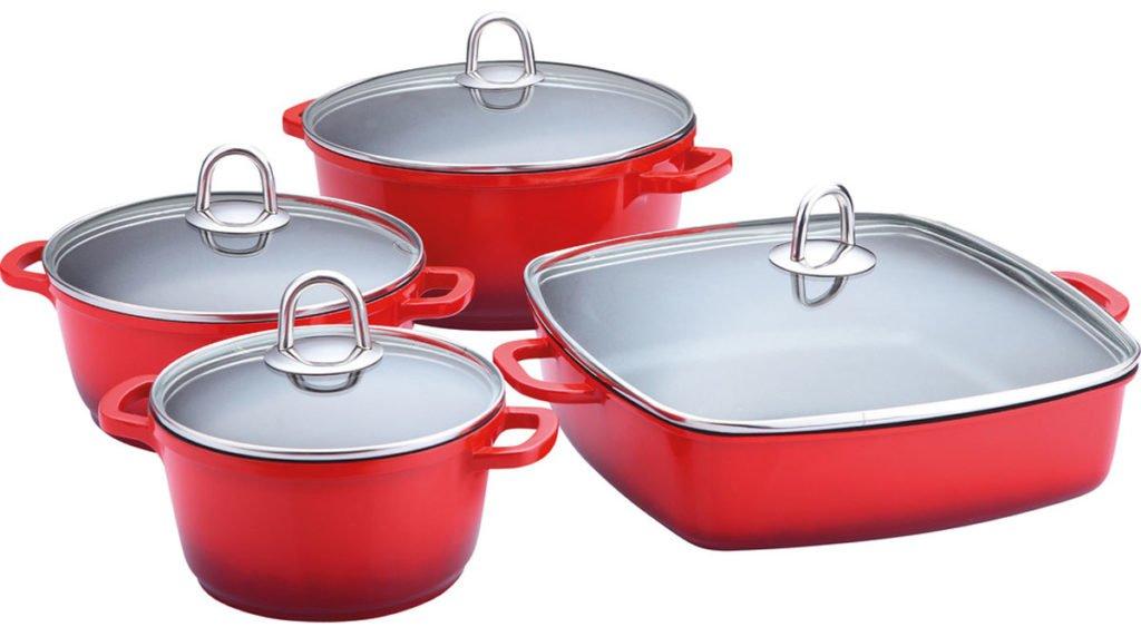 červená sada nádobí