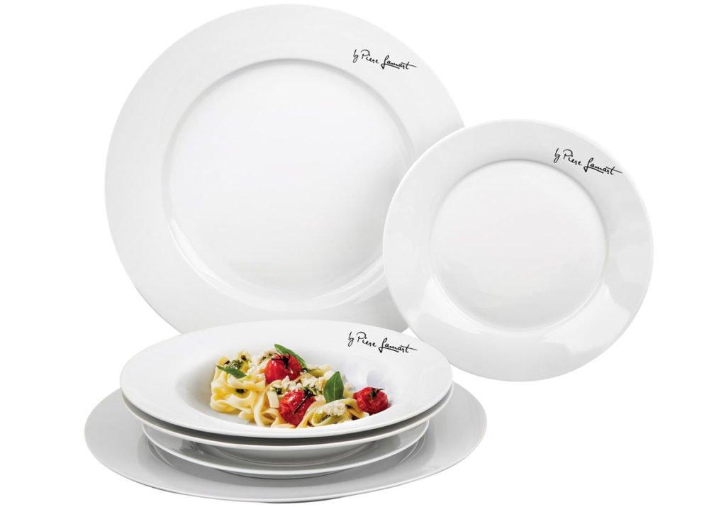 bílé kulaté jídelní talíře z porcelánu