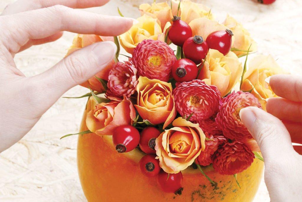 vpichování různych druhů květů do aranžovací hmoty