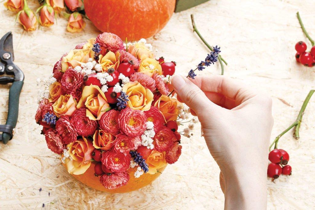 aranžmá s květinami v dýni