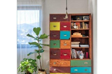 skřín s barevnýma šuplíkama