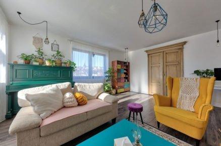 obývací pokoj s barevným nábytkem