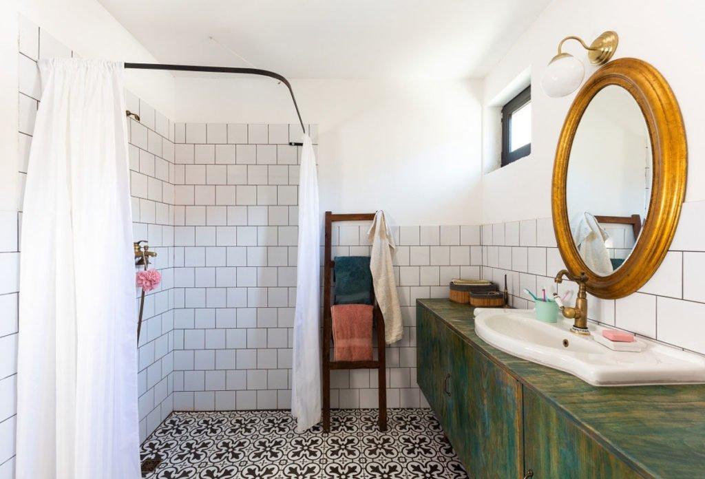 koupelna se vzorovanou podlahou a sprchovacím koutem