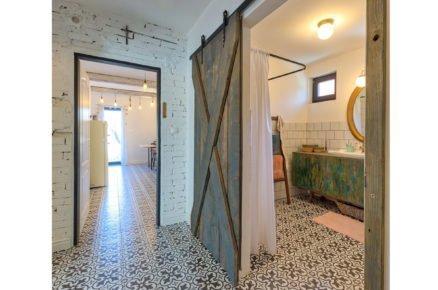 """interiér se vzorovanou podlahou a posuvnými dveřmi """"barn doors"""""""