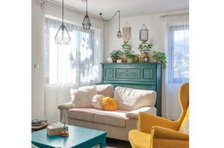obývací pokoj s barevným nábytkem různych stylů