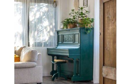 interiér s barevným starým klavírem