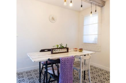 jídelna se vzorovanou černobílou dlažbou, bílým stolem a stoličkami také v bílé a černé barvě