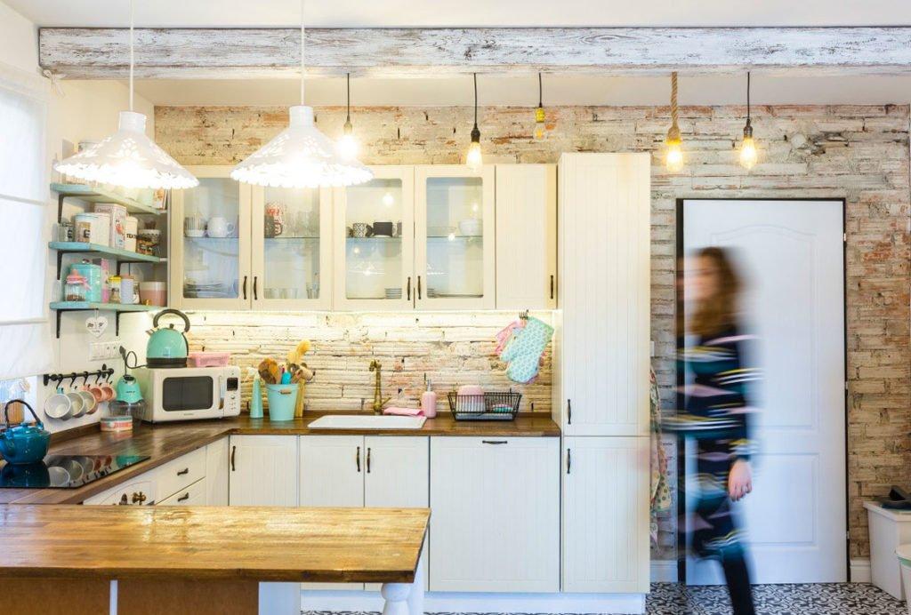 bílá kuchyň ve venkovském stylu s tyrkysovými doplňkami