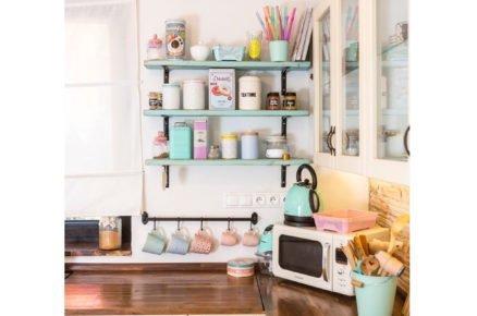 kuchyň ve venkovském stylu s otevřenými policami