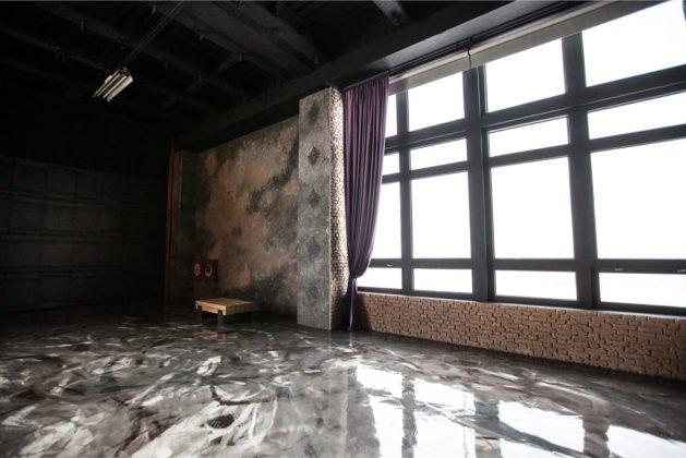 interiér s litou podlahou
