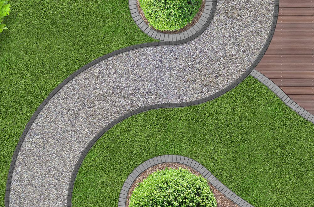 zahrada s dlažbou tvořenou z kamenných drtí, s betónovou dlažbou a dřevěnou dlažbou