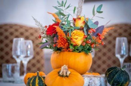 dýně s květinami na stole