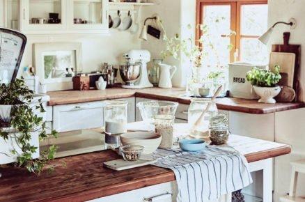 kuchyně v rustikálním stylu, s ostrůvkem a kuchyňskou linkou v bílé barvě