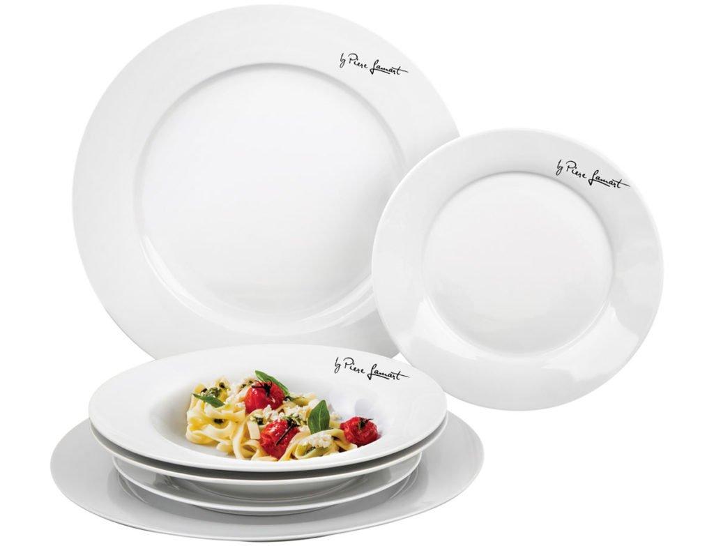 sada kulatých talířů v bílé barvě