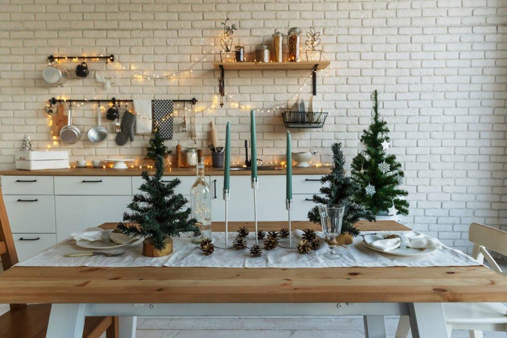 vánoční stolování ve skandinávskem stylu s menšími vánočními stromečky