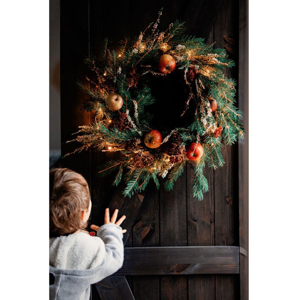 přírodní vánoční věnec z jehličí, jablek a jiných přírodnin