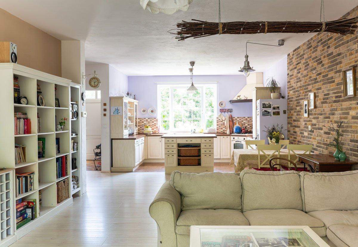 rodinný dům s otevřeným prostorem pro kuchyň a obývací pokoj ve venkovském stylu
