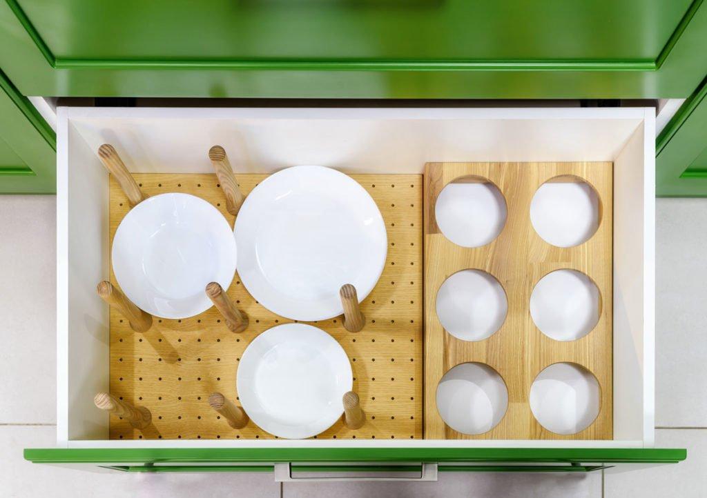 zlepšováky do domácnosti: dřevovláknitá perforovaná DDL deska s dřevěnými kolíky vhodná do zásuvky na uskladnění talířů